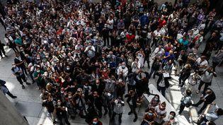 Le hall de l'Hôtel de ville du Havre, dimanche 28 mars à l'annonce des résultats du deuxième tour des municipales 2020. (SAMEER AL-DOUMY / AFP)