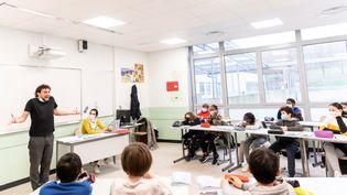 Carole Trébor écrivaine et Adrien Madinier, comédien,dans une classe de 6e au collègeSolveig Anspach de Montreuil (Seine-Saint-Denis), le 3 décembre 2020 (Eric Garault / SLPJ)