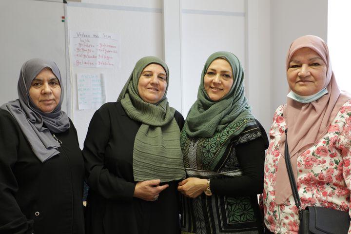 Quatre femmes syriennes étudiant l'allemand au Multikulturelles Forum, à Dortmund (Allemagne), le 15 septembre 2021. (VALENTINE PASQUESOONE / FRANCEINFO)