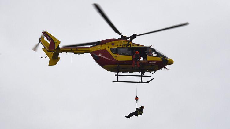 Un hélicoptère de la sécurité civile, en juin 2016. (DOMINIQUE FAGET / AFP)