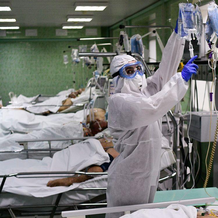 Des soignants prennent en charge des patients atteints du Covid-19 en unitéde soins intensifs à l'hôpital Vinogradov, à Moscou (Russie), le 12 mai 2020. (ALEXEY MAISHEV / SPUTNIK / AFP)