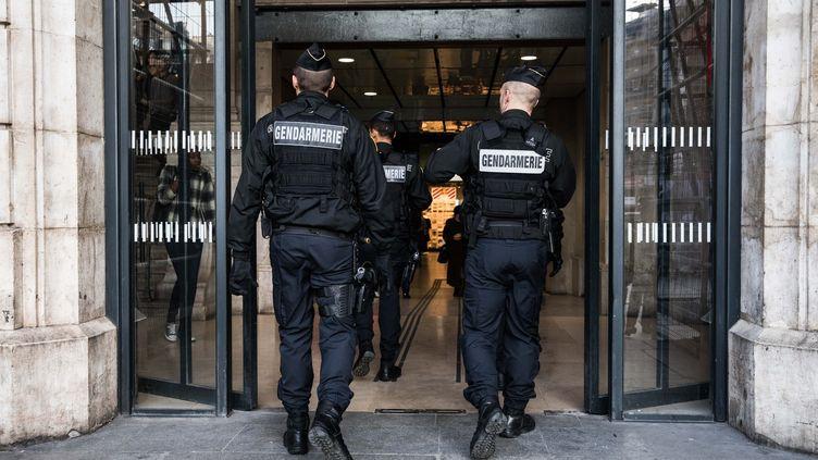 Paris, le 31 octobre 2017. Un escadron de gendarmerie mobile fait une ronde de sécurisation à la Gare Saint Lazare, dans le cadre de la nouvelle loi anti-terroriste et de la fin de l'état d'urgence.  (CHRISTOPHE MORIN / MAXPPP)