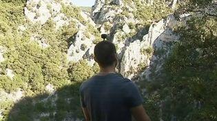 Avec la réalité virtuelle, des jeunes perpignanais (Pyrénées-Orientales) permettent aux personnes âgées de découvrir les plus beaux spots de la région. Les sportifs filment leurs randonnées pour les partager ensuite. (FRANCE 3)