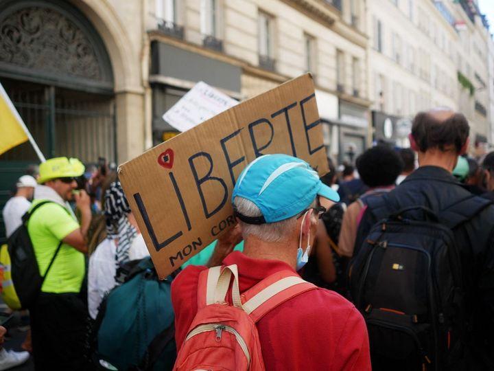 Des participants à la manifestation contre le pass sanitaire organisée le 14 août 2021 à Paris. (DJOUDI HAMANI / HANS LUCAS / AFP)