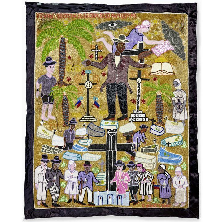 Myrlande Constant, Bannière Bawon, 2005, Haïti : au centre d'un cimetière est représenté Bawon Samedi, l'esprit des morts, reconnaissable à son chapeau et son costume de soirée  (musée du quai Branly - Jacques Chirac, photo Claude Germain)