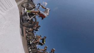 La chute d'un coureur sur la sixième étape du Tour de France 2015, filmée à l'aide d'une caméra embarquée, samedi 9 juillet. (VELON / GOPRO / YOUTUBE)