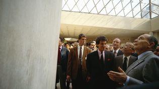 Ieoh Ming Pei (au centre) lors de l'inauguration de la pyramide du Louvre, en 1989, entre Jack Lang et François Mitterrand. (BERNARD BISSON / SYGMA / GETTY IMAGES)