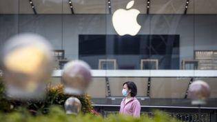 Une femme porte un masque dans un centre commercial désert, à Guangzhou, en Chine,le 5 février 2020. (ALEX PLAVEVSKI / EPA)