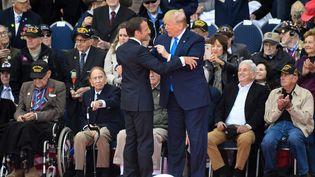 Emmanuel Macron et Donald Trump, le 6 juin 2019 à Colleville-sur-Mer (Calvados). (DAMIEN MEYER / AFP)