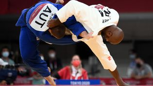Teddy Riner a battu Stephan Hegy sur ippon, au premier tour des jeux olympiques de Tokyo, vendredi 30 juillet. (FRANCK FIFE / AFP)