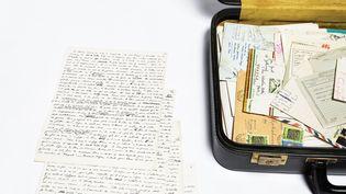 Valises ayant appartenu à Jean Genet et manuscrit sur les Black Panthers. Archives Jean Genet / IMEC. (© MICHAEL QUEMENER)