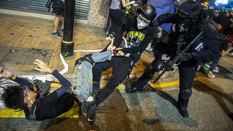 Un manifestant trainé par la police à Hong Kong, le 28 juillet 2019. (VERNON YUEN / NURPHOTO / AFP)