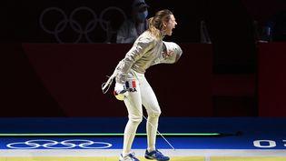 Manon Brunet se rapproche d'une médaille au sabre, à Tokyo le 26 juillet 2021. (HERVIO JEAN-MARIE / KMSP / AFP)