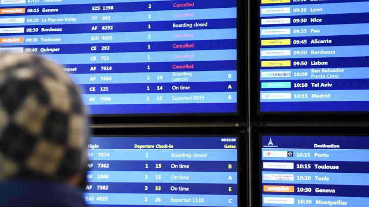 Un homme regarde les écrans d'annonces à l'aéroport d'Orly, le 5 décembre 2019. (ERIC FEFERBERG / AFP)