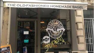 Capture d'écran de la photo du tag antisémite sur la vitrine du magasin Bagelstein à Paris, postée le 9 février 2018. (FACEBOOK / JOAN SFAR)