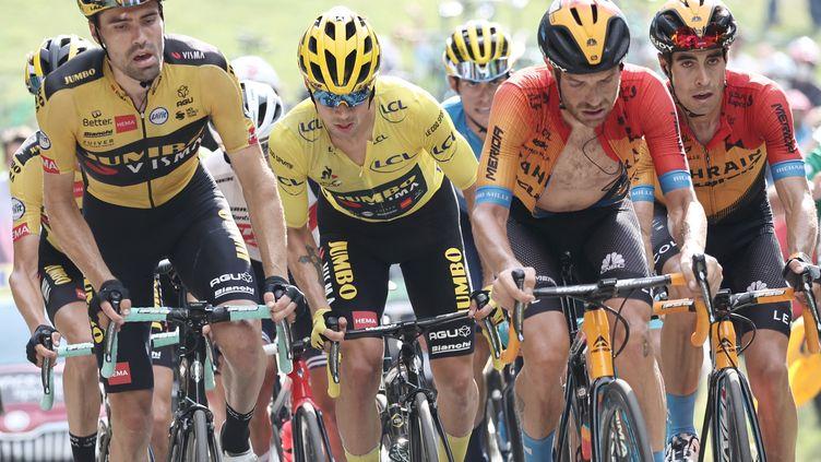 Primoz Roglic, deuxième en partant de la gauche, n'est plus très loin de ramener le maillot jaune en Slovénie. (KENZO TRIBOUILLARD / AFP)