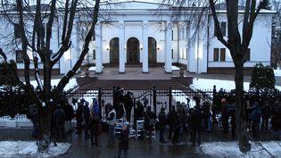 Des journalistes devant le palais présidentiel à Minsk (Biélorussie), où se tiennent les négociations sur la crise ukrainienne, mardi 10 février 2015. (SERGEI GAPON / AFP)
