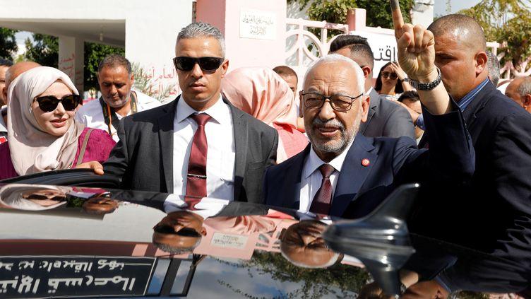 Rached Ghannouchi, leader du parti d'inspiration islamiste Ennahdhda, montre son doigt maculé d'encre, preuve qu'il a rempli son devoir d'électeur, à sa sortie d'un bureau de vote à Tunis le 6 octobre 2019, jour des législatives en Tunisie. (REUTERS - ZOUBEIR SOUISSI / X02856)