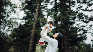 L'arrivée d'un enfant se traduit par des pertes de revenus pour les mères, selon un étude de l'Insee, le 10 octobre 2019. (GETTY IMAGES)