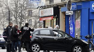 La police française examine la voiture utilisé par les hommes armés qui ont attaqué Charlie Hebdo le 7 janvier 2015 à Paris. (DOMINIQUE FAGET / AFP)