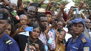 Le 1er juin 2019, une foule immense de sympathisants de l'opposant historique et ex-Premier ministre de RDC, Etienne Tshisekedi, s'est rassemblée pour apercevoir son cercueil transporté au Stade des martyrs de Kinshasa pour une cérémonie en son honneur. (JOHN BOMPENGO / AP / SIPA)