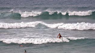 Des surfeurs et des nageurs à Lacanau (Gironde), là où un touriste anglais est mort lundi 10 août 2015, après avoir été frappé par une vague. (STEPHANE FRANCES / ONLY FRANCE / AFP)