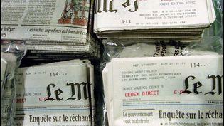 """Des exemplaires du journal """"Le Monde"""", dans les locaux de l'imprimerie du journal à Ivry-sur-Seine (Val-de-Marne), le 17 novembre 2000. (THOMAS COEX / AFP)"""