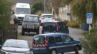 Des voitures de gendarmerie à Ville-sur-Lumes où des recherches ont lieu, le 26 octobre. (FRANCOIS NASCIMBENI / AFP)