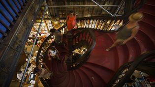 Des touristes dans l'escalier de la librairie Lello, à Porto, le 25 juillet 2016.  (MIGUEL RIOPA / AFP)