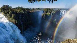 Les chutes Victoria, inscrites au Patrimoine mondial de l'Unesco en 1989, sont sur le fleuve Zambèze, à la frontière entre la Zambie et le Zimbabwe. L'installation de barrages et la mauvaise gestion des ressources en eau mettent en danger le site, d'après WWF. (CHARTON FRANCK / HEMIS.FR / AFP)