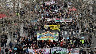 Des manifestants mobilisés contre la réforme des retraites, le 11 janvier 2020 à Paris. (JULIEN MATTIA / ANADOLU AGENCY / AFP)