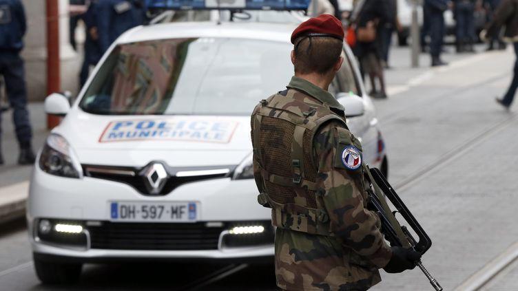 Un soldat monte la garde, le 3 février 2015, après l'agression au couteau de trois militaires dans le centre-ville de Nice (Alpes-Maritimes). (VALERY HACHE / AFP)