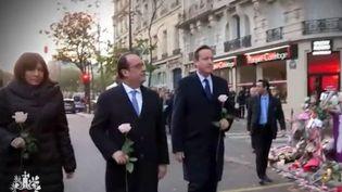 Anne Hidalgo, François Hollande et David Cameron déposent une rose devant le Bataclan, lundi 23 novembre. (FRANCE 3)