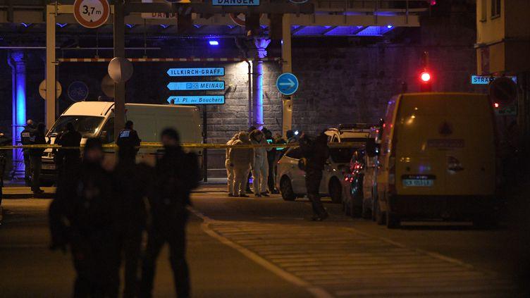 Des policiers dans le quartier de Neudorf, à Strasbourg, après la neutralisation de Cherif Chekatt, le 13 décembre 2018. (PATRICK HERTZOG / AFP)