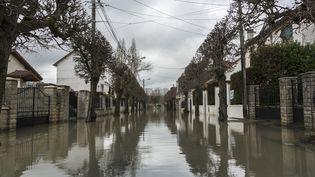 Une rue inondée à Gournay-sur-Marne (Seine-Saint-Denis), le 2 février 2018. (SAMUEL BOIVIN / CROWDSPARK / AFP)