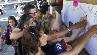 Des lycéens consultent leurs résultats au lycée Jeanne-d'Arcde Clermont-Ferrand (Puy-de-Dôme), le 7 juillet 2015. (MAXPPP)