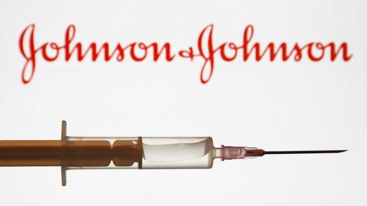 Le logo du groupe pharmaceutique Johnson & Johnson et une seringue, le 16 juin 2020. (JAKUB PORZYCKI / NURPHOTO / AFP)
