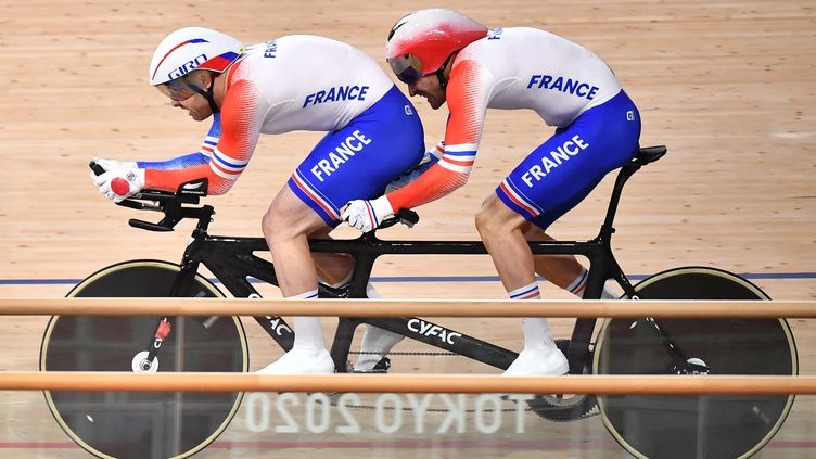 France's Raphael Beaugillet and his pilot Francois Pervis compete in the men's B 1000m time trial final during the Tokyo 2020 Paralympic Games at the Izu velodrome in Izu, Shizuoka prefecture on August 28, 2021. (Photo by Kazuhiro NOGI / AFP) (KAZUHIRO NOGI / AFP)