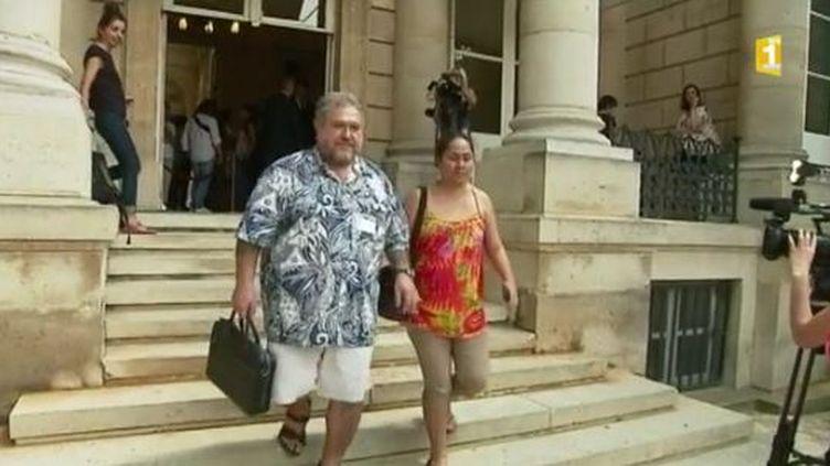 Capture d'écran de Moetai Brotherson, nouveau député de Polynésie, qui est arrivé en short et en sandales à l'Assemblée nationale, le 20 juin 2017. (FRANCEINFO / LA 1ERE)