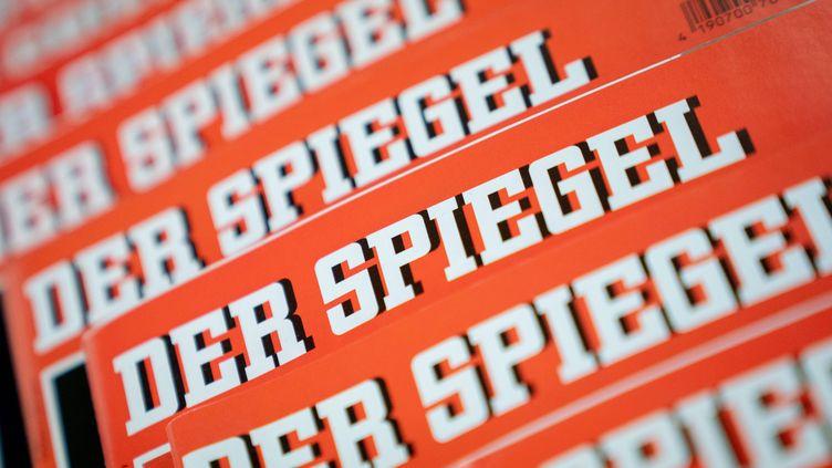 """Plusieurs couvertures du magazine """"Der Spiegel"""", à Berlin (Allemagne) le 19 décembre 2018. (KAY NIETFELD / DPA)"""