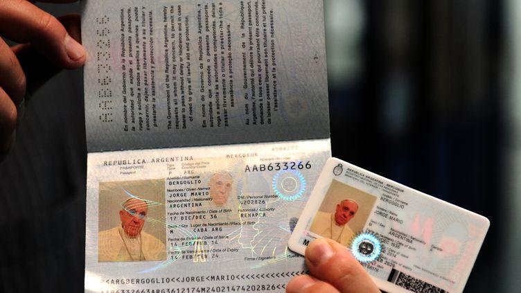 Le nouveau passeport argentin et la nouvelle carte d'identité du pape François, le 17 février 2014, à Buenos Aires (Argentine). (ARGENTINIAN INTERIOR MINISTRY / AFP)