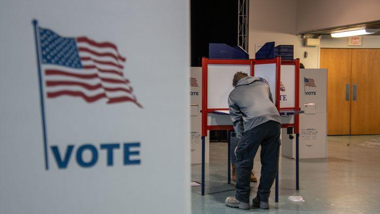 Un électeur dans un bureau de vote à Détroit, dans le Michigan, le 3novembre 2020. (ADAM J. DEWEY / AFP)