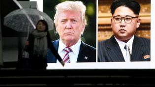 Un journal télévisé affiche les images de Donald Trump et Kim Jong-un à Tokyo (Japon), le 9 mars 2018. (TOSHIFUMI KITAMURA / AFP)