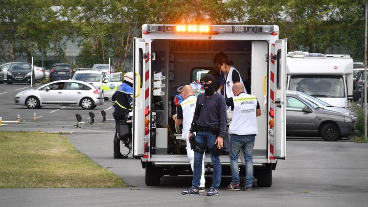 Des secours et des policiers arrivent au CHU de Lille avec le suspect de l'attaque de militaires à Levallois-Perret, blessé après son interpellation sur l'autoroute A16, le 9 août 2017. (MAXPPP)