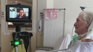 En Seine-et-Marne, un hôpital utilise un robot pour mettre en lien les patients et leurs familles. (FRANCE 3)