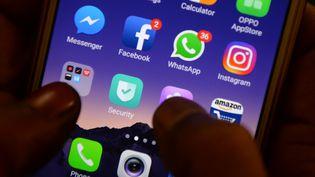 L'application WhatsApp sur laquelle sont diffuséesdes fausses rumeurs en Inde, est très populaire dans le pays. (photo d'illustration) (ARUN SANKAR / AFP)