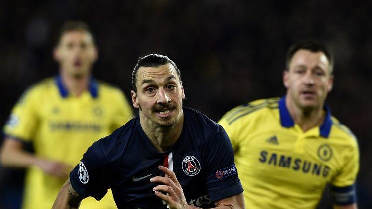 L'attaquant du PSG Zlatan Ibrahimovic lance une offensive, le 17 février 2015, contre Chelsea, au Parc des Princes. (FRANCK FIFE / AFP)