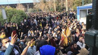 Des dizaines d'étudiants se sont rassemblés devant l'entrée principale de l'université de Téhéran (Iran), samedi 30 décembre, pour protester contre le pouvoir. (AP/SIPA / AP)