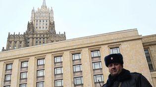 Un policier garde les quartiers du ministère des Affaires étrangères à Moscou, le 21 mars 2018. (YURI KADOBNOV / AFP)