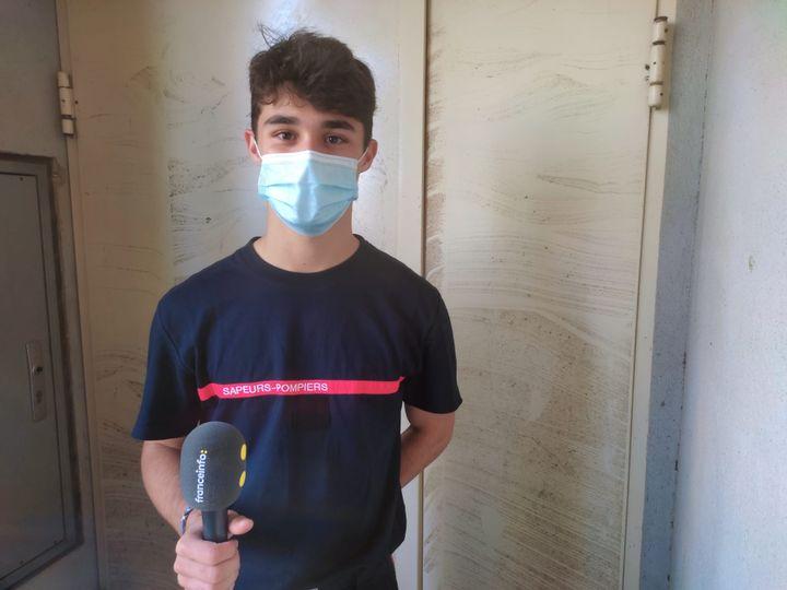 """Nathan Perché, sapeur-pompier de 18 ans dans le centre de secours de Fondettes près de Tours (Indre-et-Loire). Il est entré chez les jeunes sapeurs-pompiers alors qu'il n'avait que onze ans et confie que c'est une """"passion"""". (THEO UHART / FRANCEINFO)"""
